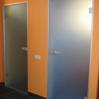 распашные двери из матового стекла в туалеты