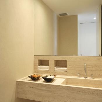 Высокое зеркало для ванной