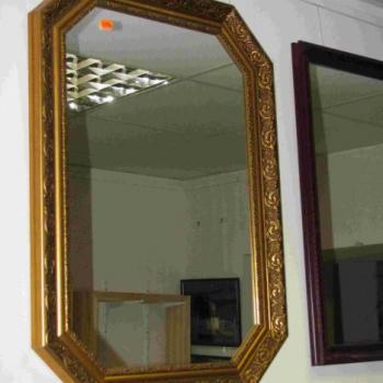 зеркало в багете золотого цвета