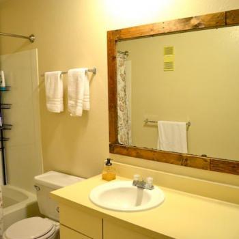 зеркало в ванной в деревянной раме