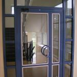 входная алюминиевая дверь со стеклом