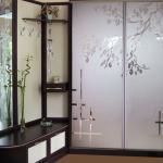 Шкаф-купе с матовыми стеклянными дверями с гравировкой