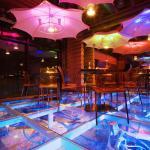 Стеклянный пол с подсветкой в баре