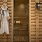 Стеклянная дверь в баню из бруса