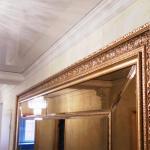 зеркало с резным деревянным багетом