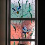 Витраж на оконном стекле