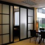 Раздвижная матовая стеклянная перегородка в квартире
