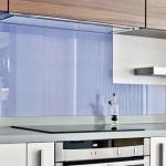 Стеклянные стеновые панели на кухне